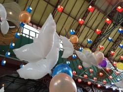 palloncini a forma di colomba bianca e colorati sospesi