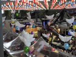 palloncini a forma di colomba e palloncini colorati sospesi