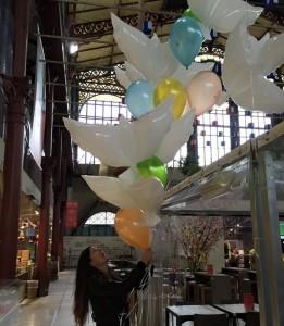 esempio di allestimenti personalizzati con un ciuffo di colombe gonfiate ad elio e palloncini colorati