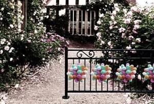 palloncini ecologici e biodegradabili all'esterno di una villa