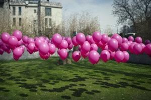 palloncini ecologici e biodegradabili rosa in un giardino