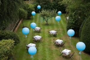 palloncini ecologici e biodegradabilil azzurri in un giardino