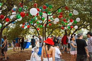 palloncini ecologici e biodegradabili in un parco