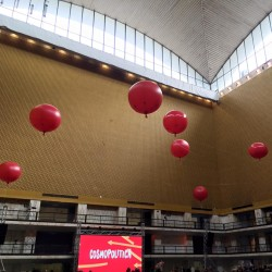 Allestimenti feste aziendali palloni gonfiabili di grandi dimensionii rossi sospesi