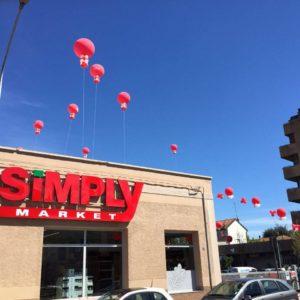 palloni giganti ad elio rossi sopra il tetto
