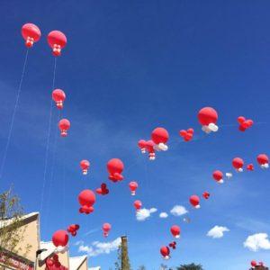archi sospesi di palloni giganti ad elio bianchi e rossi