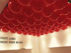 Allestimento stand fiera con palloncini appesi al soffitto