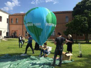 preparazione pallone gigante in pvc stampato e personalizzato