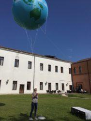 pallone gigante sospeso