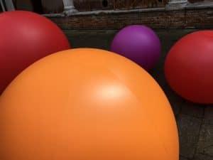 sfere giganti colorate