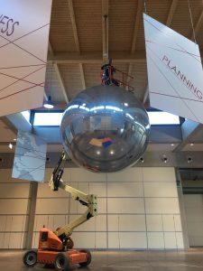 sfera specchiata gigante