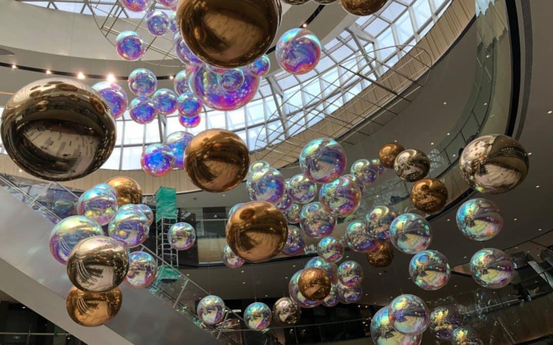 Allestimento di Natale con le sfere a specchio