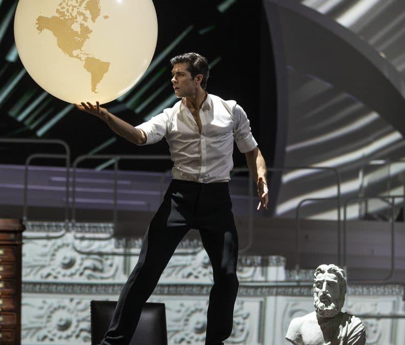 """Un Grande Pallone Luminoso Danza Con Roberto Bolle A """"Danza Con Me"""""""