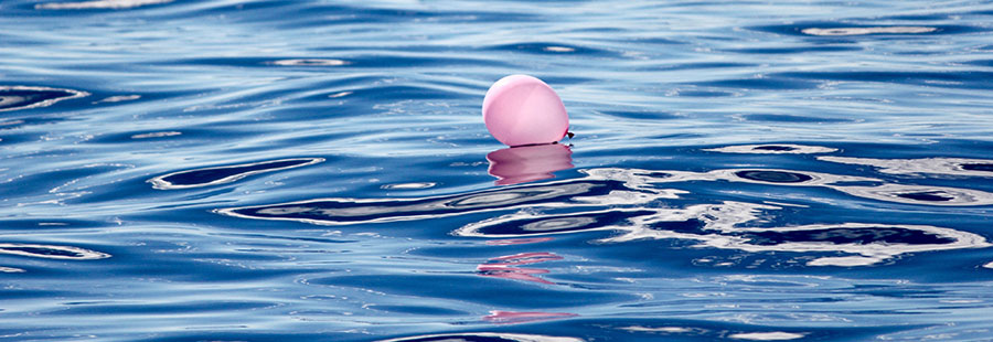 palloncino rosa in mare